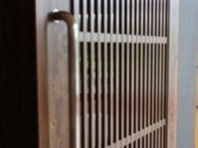 新しいデザインの木製玄関引き戸