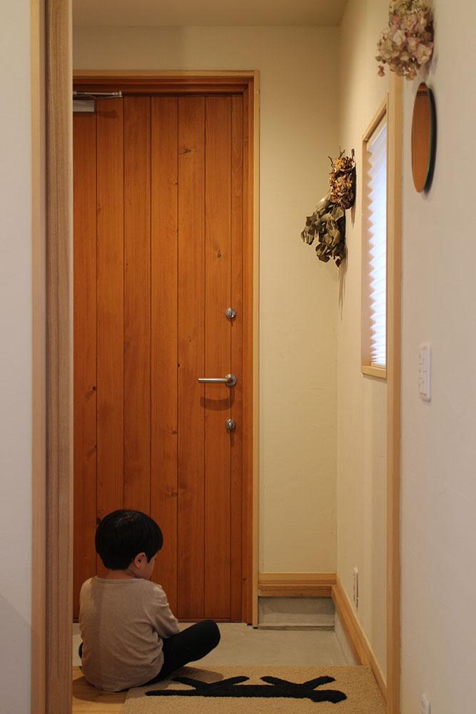 ユダ木工の木製玄関ドアとお子さま