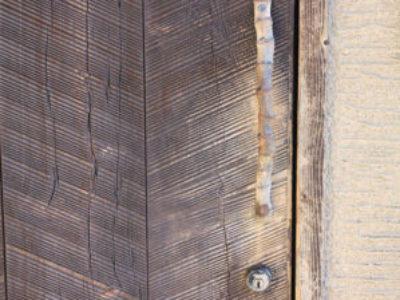 魚料理店で出会った木製ドア