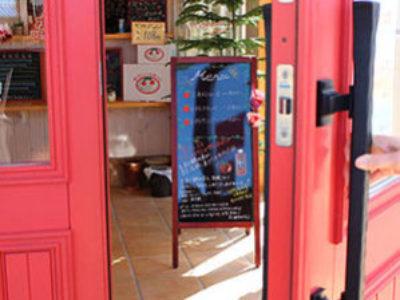 トマト色木製ドア。採れたて完熟トマト直売所