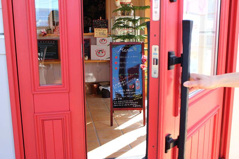 ユダ木工の赤い木製玄関ドア