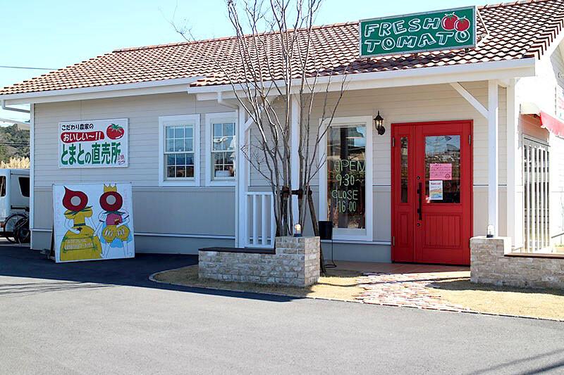 小鈴ファーム外観 赤い木製玄関ドア