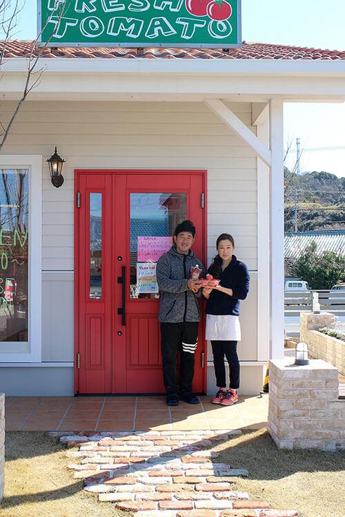 ユダ木工の木製玄関ドアと小鈴さんと奥さま