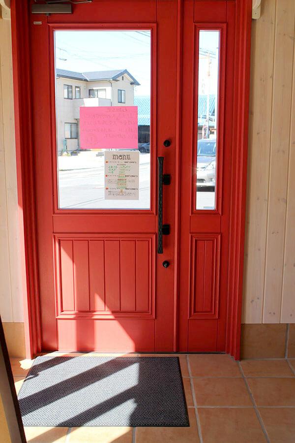 赤い木製玄関ドア