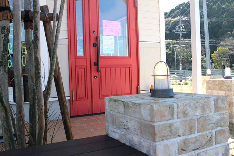 ユダ木工のトマト色木製玄関ドア