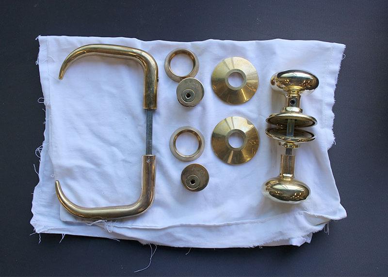 磨く前の真鍮ドアハンドル