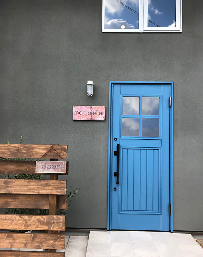 mon atelier入口、ユダ木工の青い玄関ドア