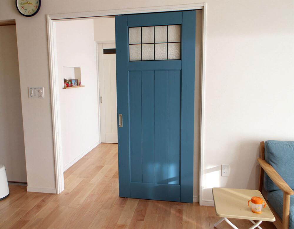 マントブルーのジーンズスタイル室内ドア