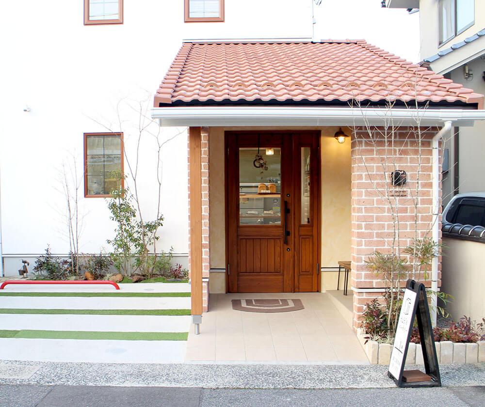 tableベーカリー正面の木製ドア