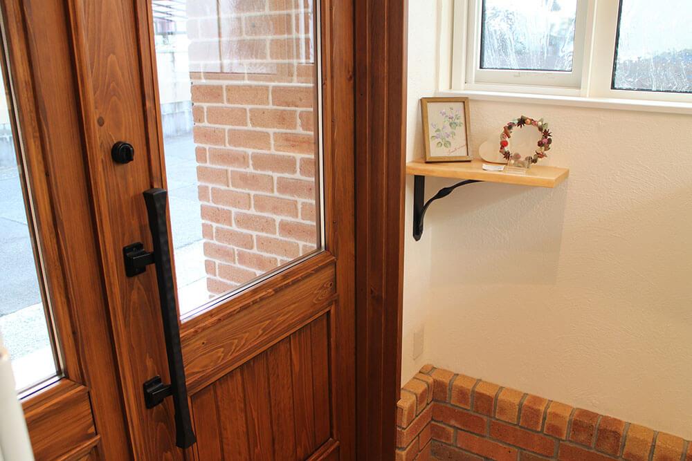 温かみのある内装と木製ドア