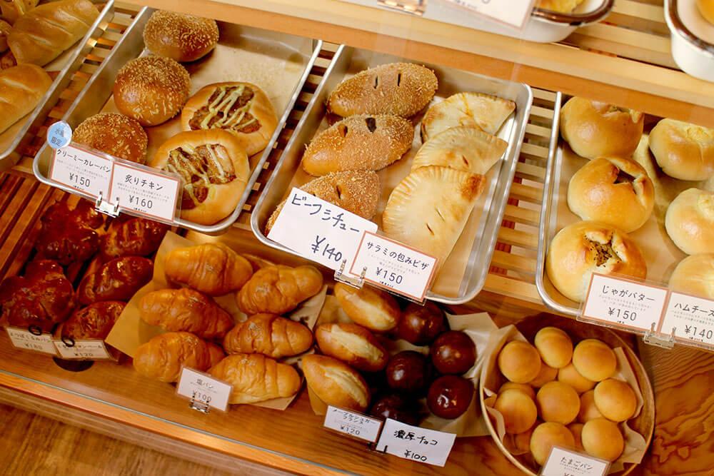 美味しそうなパンが並ぶショーケース