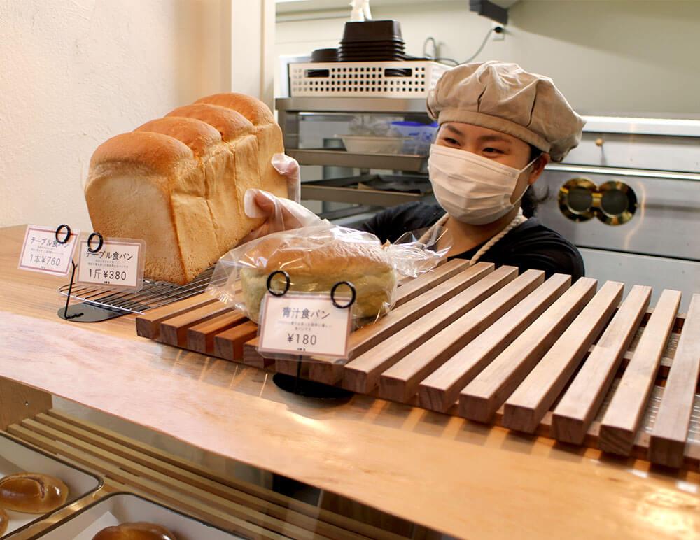 食パンを並べる