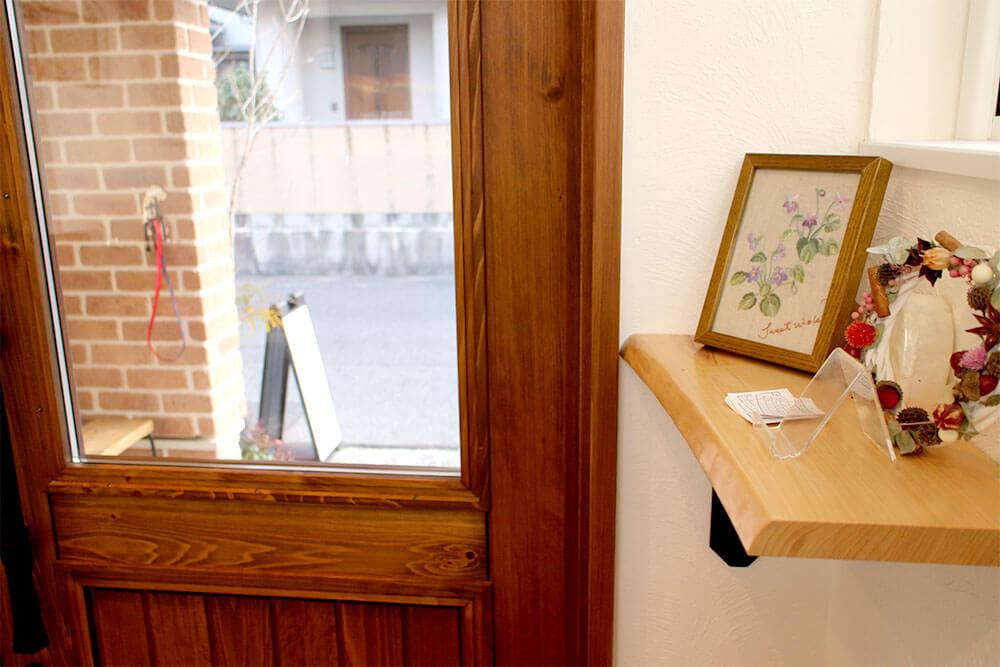 木製ドアとドライフラワーのリースと刺繍