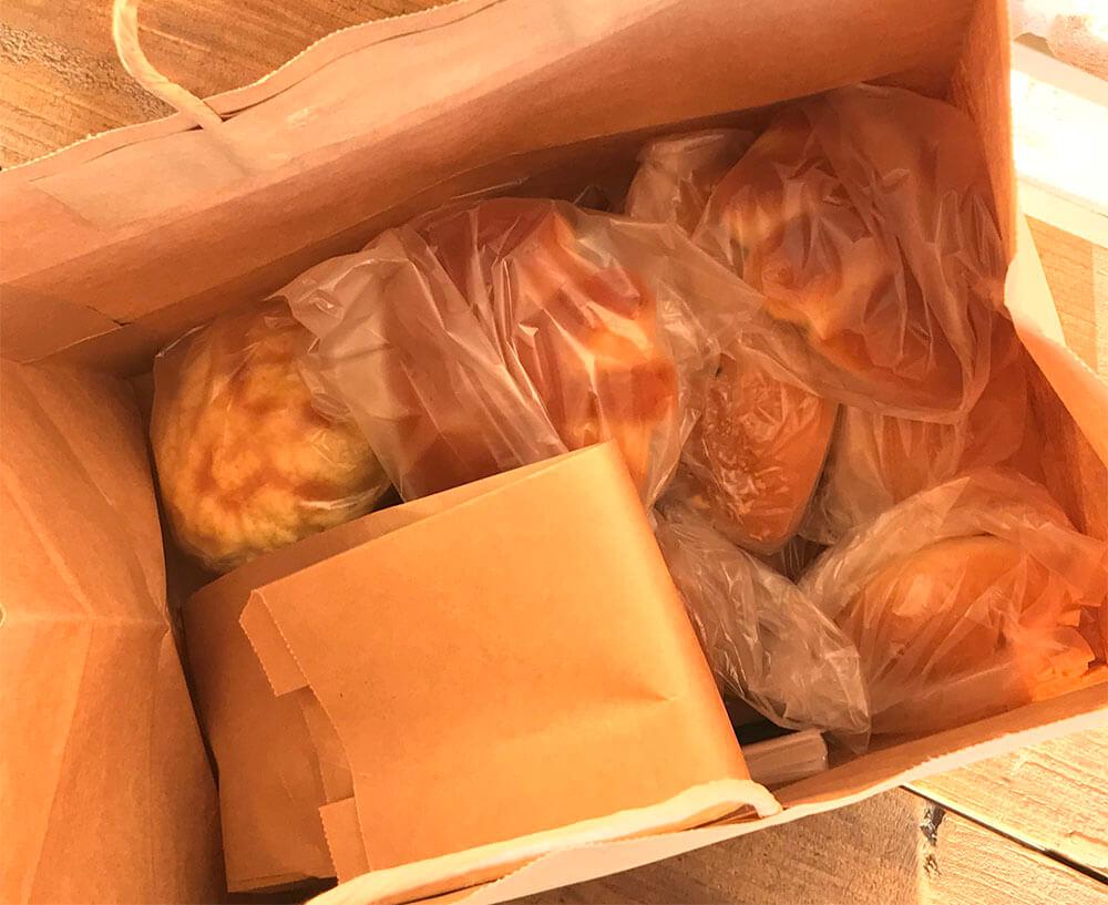 紙袋いっぱいのパン