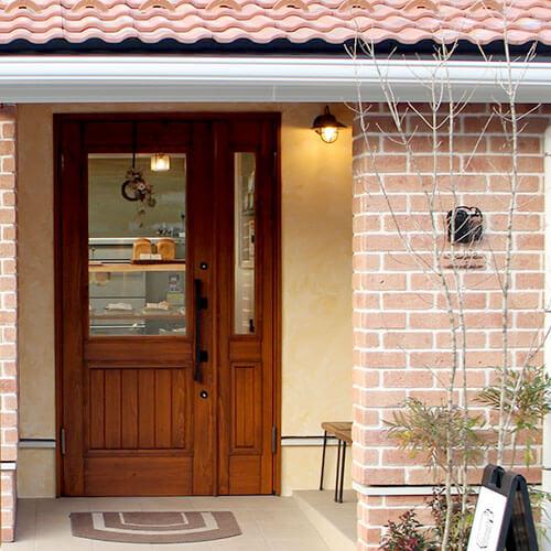 tableベーカリーの木製玄関ドア