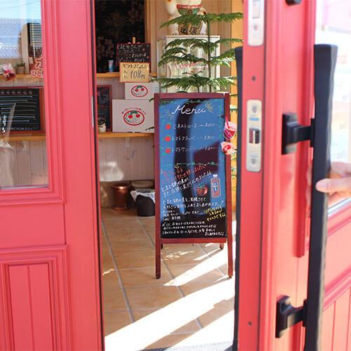 トマト直売所 小鈴ファームの木製玄関ドア