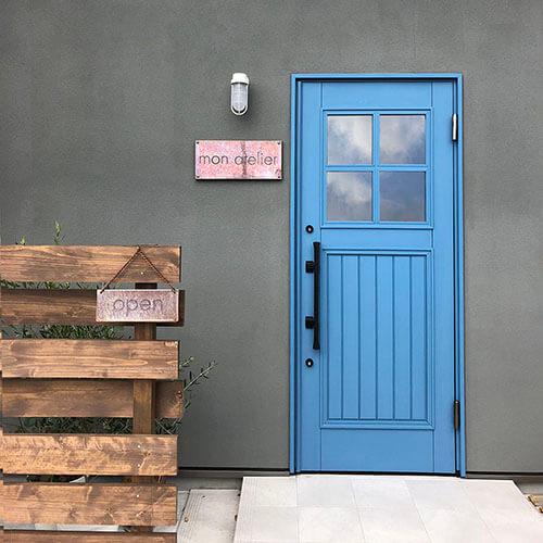 美容院mon atelierの木製玄関ドア