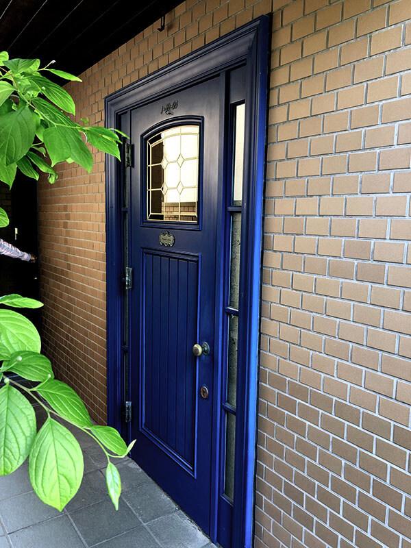 26年目の青い木製玄関ドア
