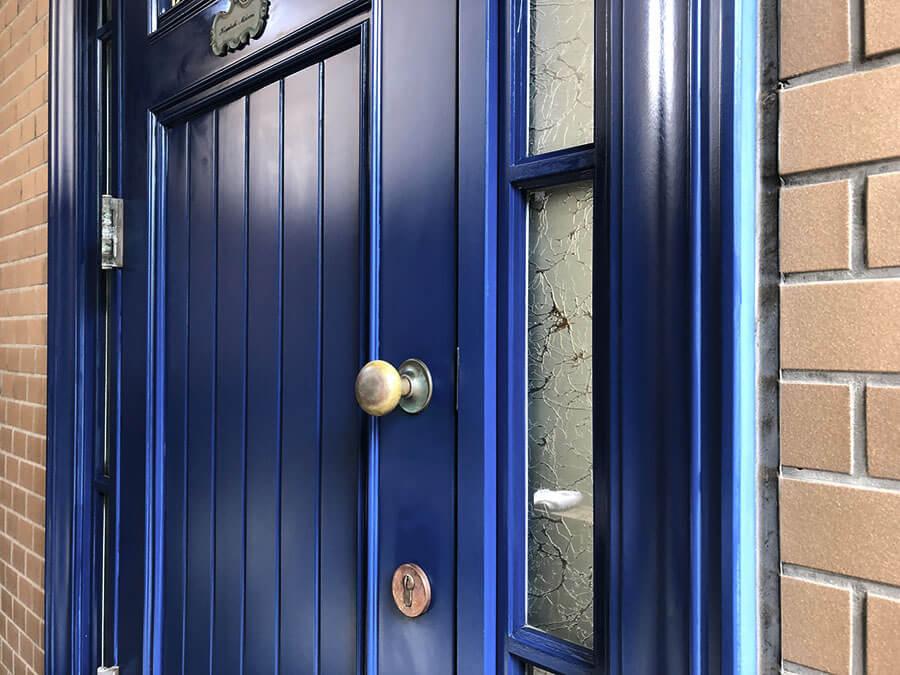 青い木製玄関ドア