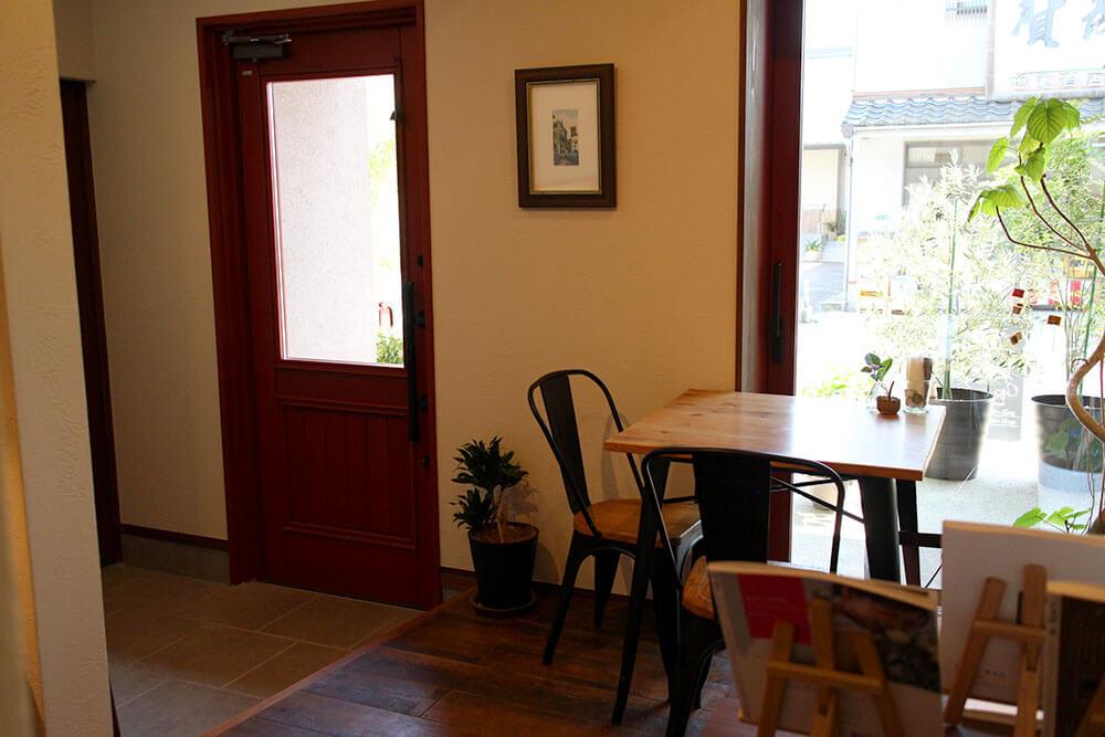 店内から見たユダ木工木製ドア