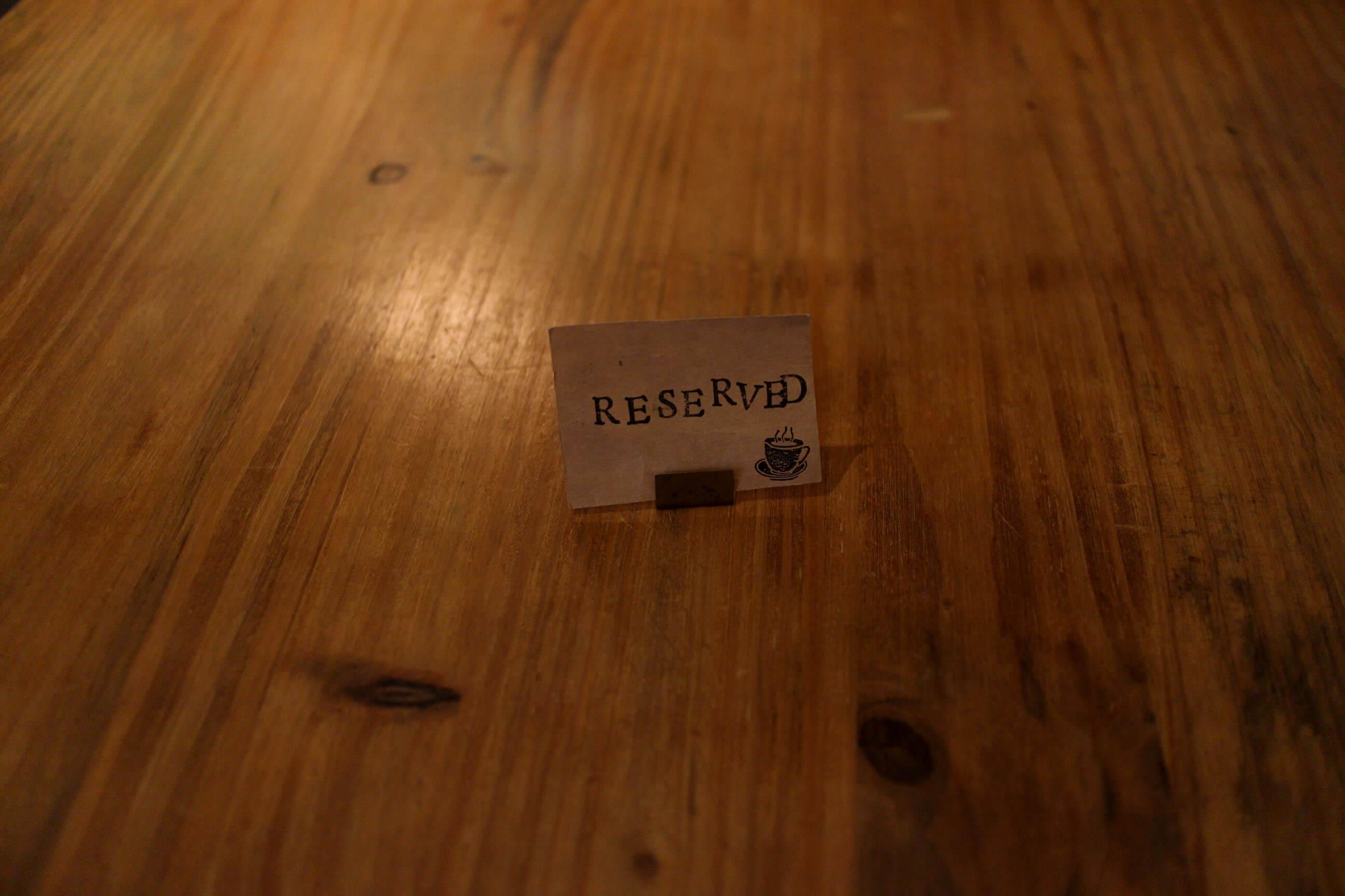 予約札。木のテーブルも素敵