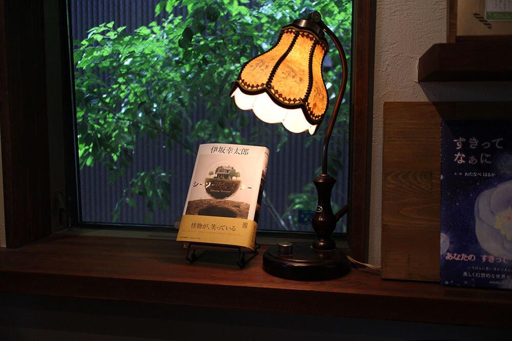 素敵な窓辺に飾られた、おすすめ図書