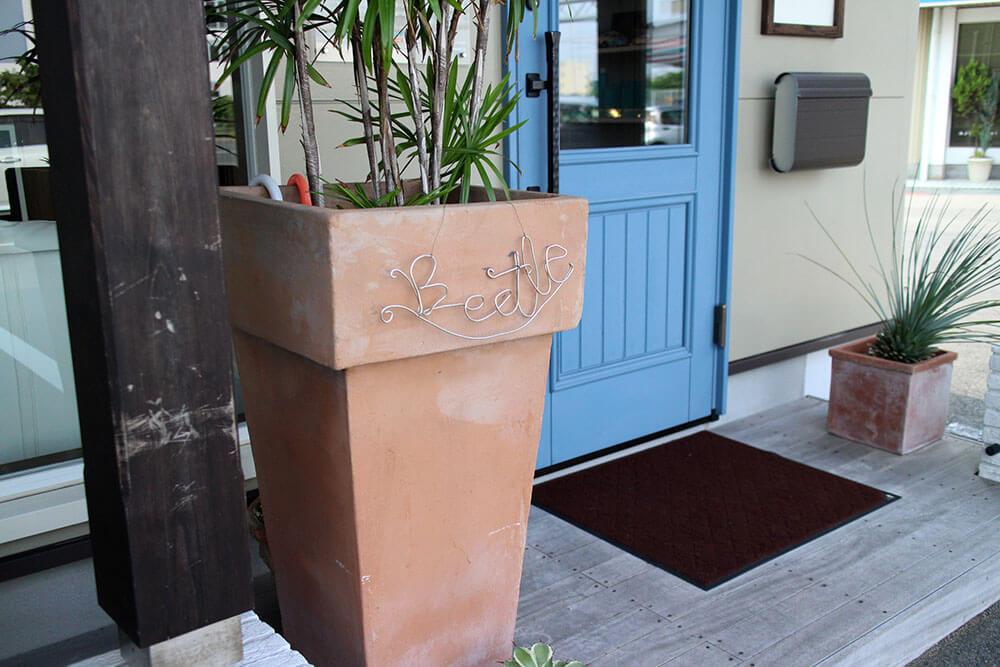 ユダ木工 水色の木製玄関ドア。