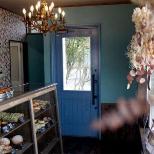 Pois1213店内、ユダ木工の青い木製玄関ドア