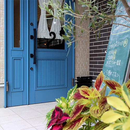 かぎしっぽ入口 ユダ木工の青い木製ドア