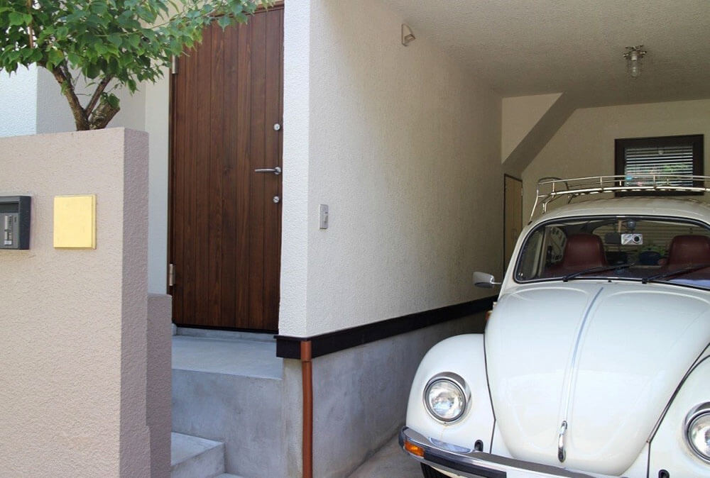 ユダ木工木製玄関ドアとクラッシックカー