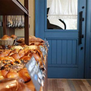 尾道パン屋かぎしっぽ ユダ木工の青い木製玄関ドア