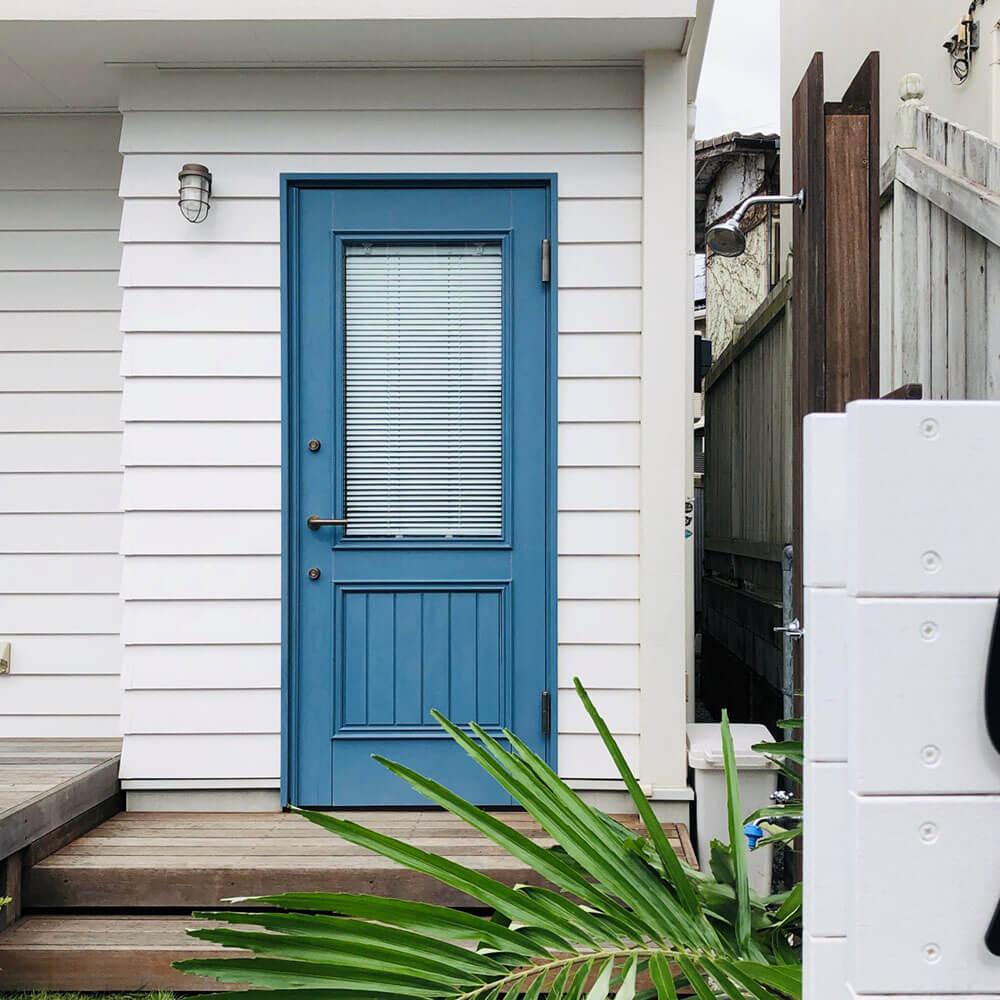 湘南サーファーズハウスの青い木製ドア