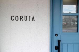 美容室CORUJAの青い木製玄関ドア ユダ木工国産木製玄関ドア