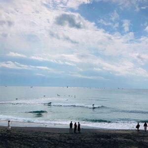 湘南の海 七里ヶ浜 サーファーの家の青い木製ドア