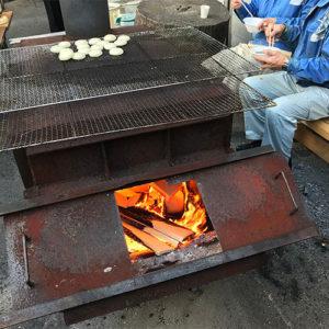 ヒノキの端材をくべたストーブ
