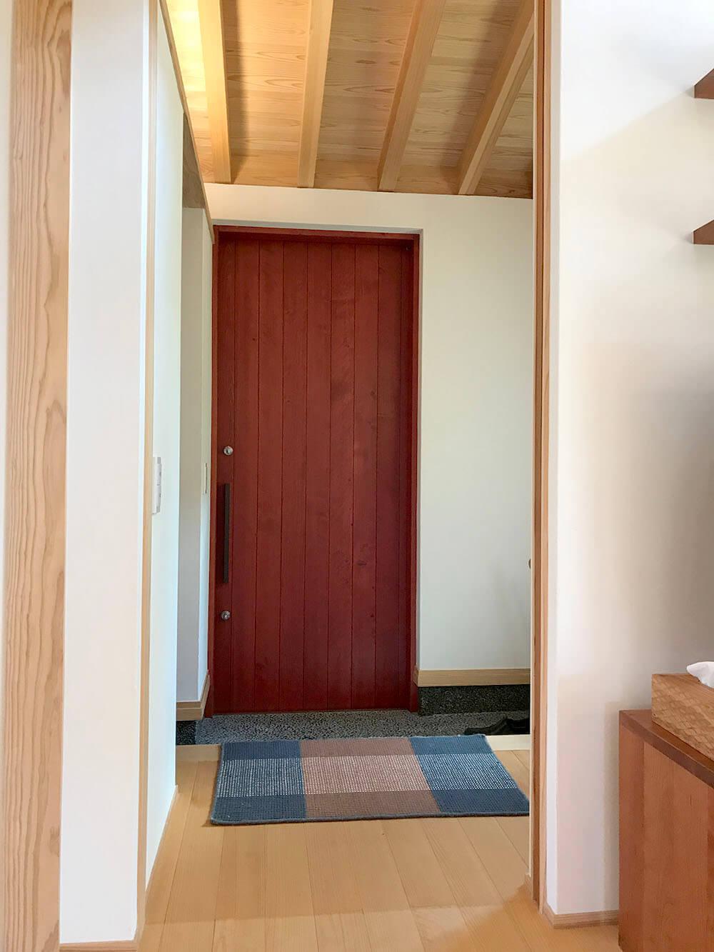 ユダ木工の赤い木製玄関引戸 内観