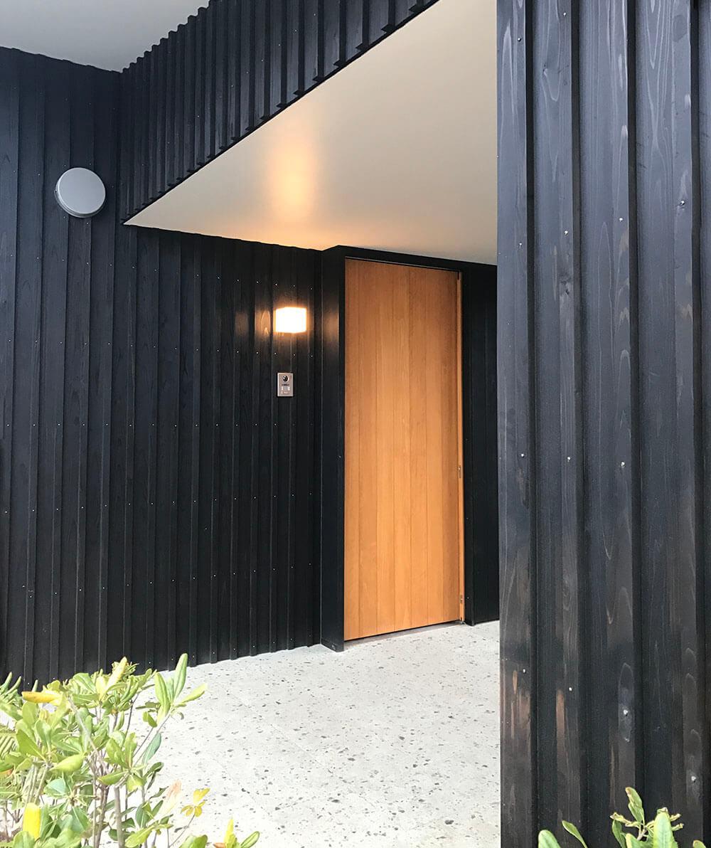 シンプルでスタイリッシュな木製玄関引戸
