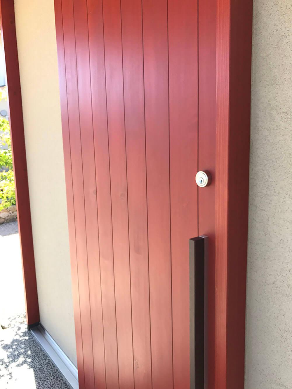 ユダ木工の赤い木製玄関引戸 外観