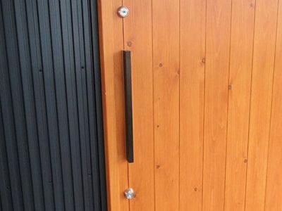 和風すぎない。シンプルで、モダンなテイストに似合う玄関引戸。