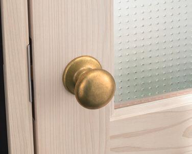 経年変化した真鍮ハンドル(木製ドアとドットのデザインガラス)