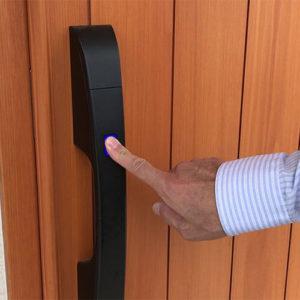木製玄関ドアにも最新機能。便利なハンズフリーキーで、キーレス2ロック。
