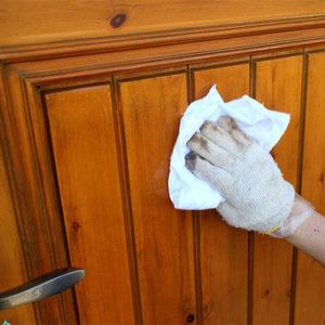 木製玄関ドアにクリアワックスを塗布して、木材表面を保護
