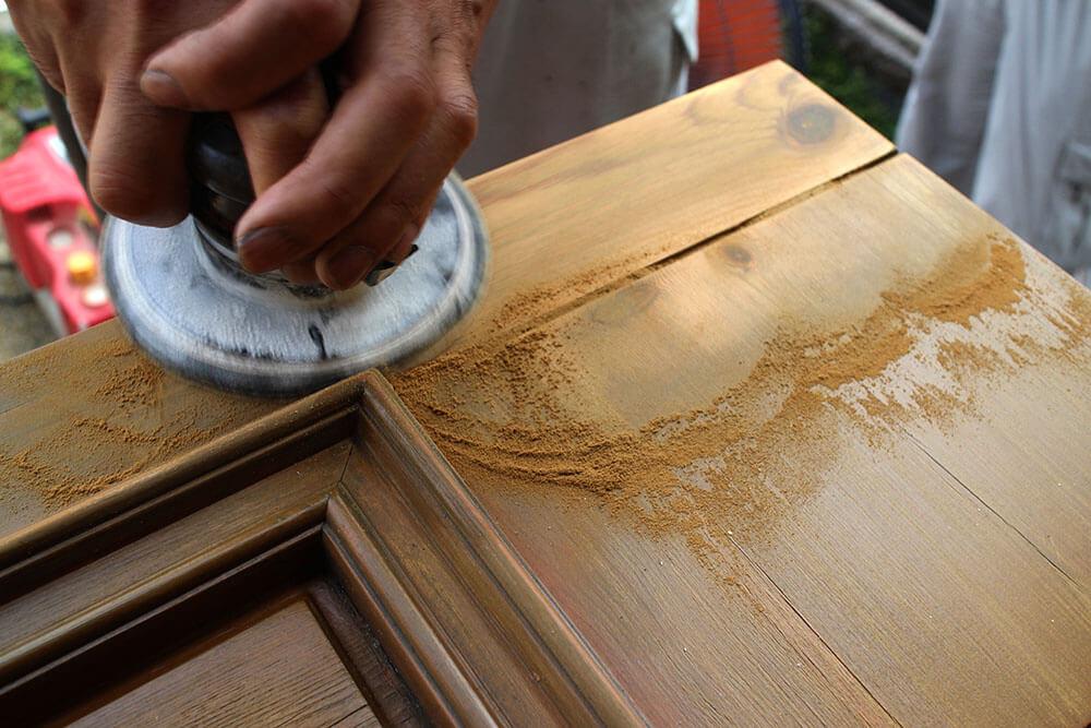 木製玄関ドアの再塗装(研磨)