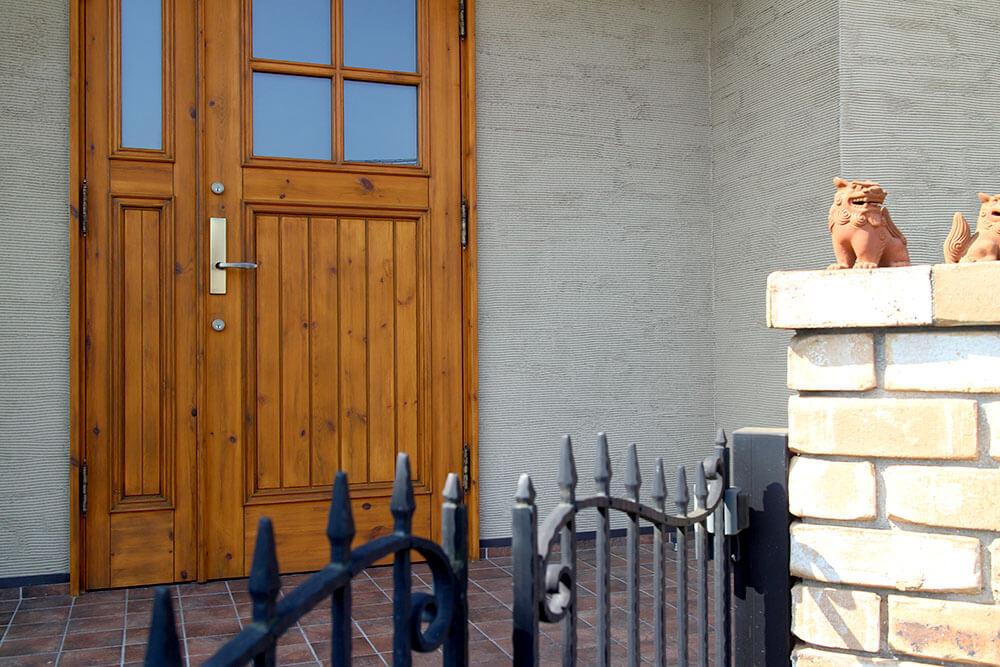 再塗装された木製玄関ドア