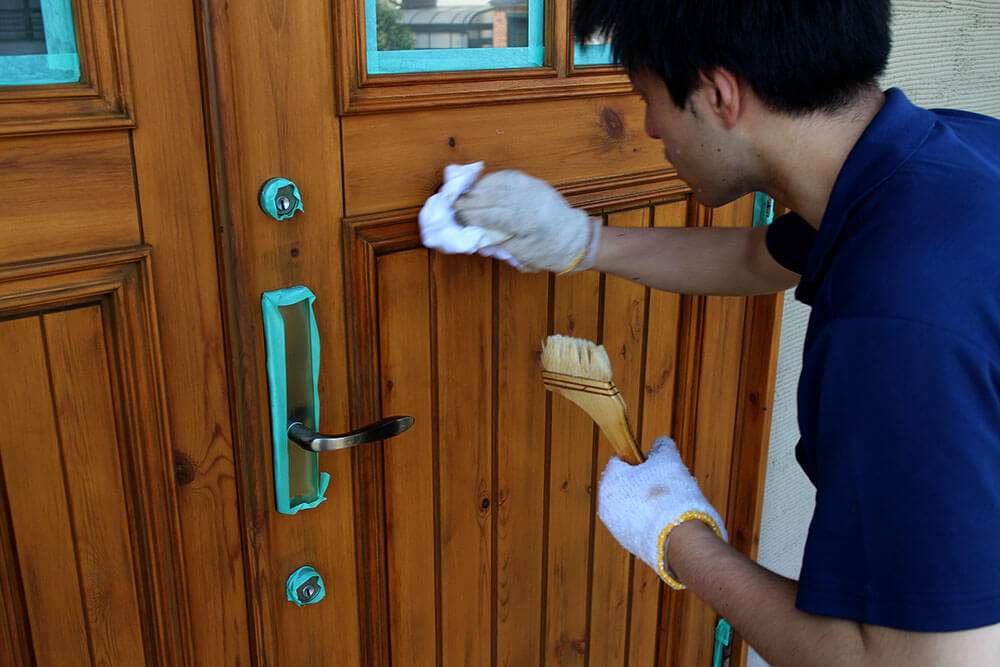 木製玄関ドアにクリアワックスを塗布