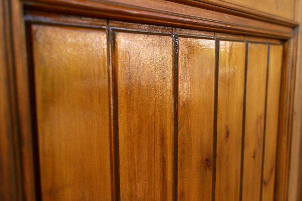 クリアワックスが木製玄関ドア表面に残っている