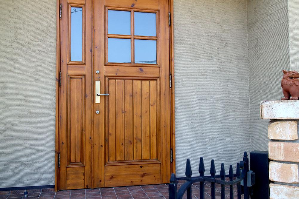 クリアワックスを塗りたての木製玄関ドア