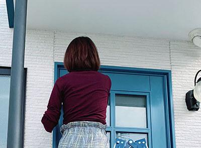 木製玄関ドアにクリアワックスを塗るちょびすけさん