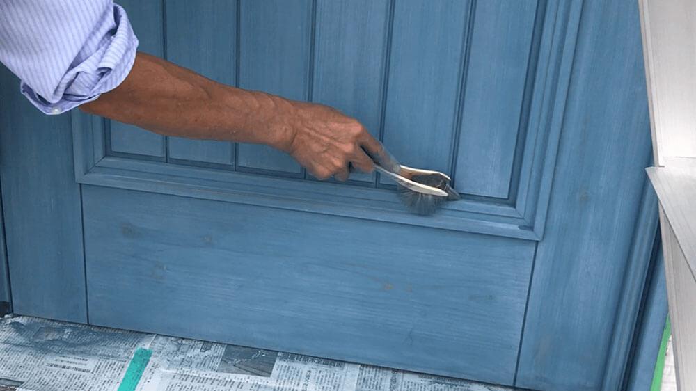 木製玄関ドアのメンテナンス 粉をおとす