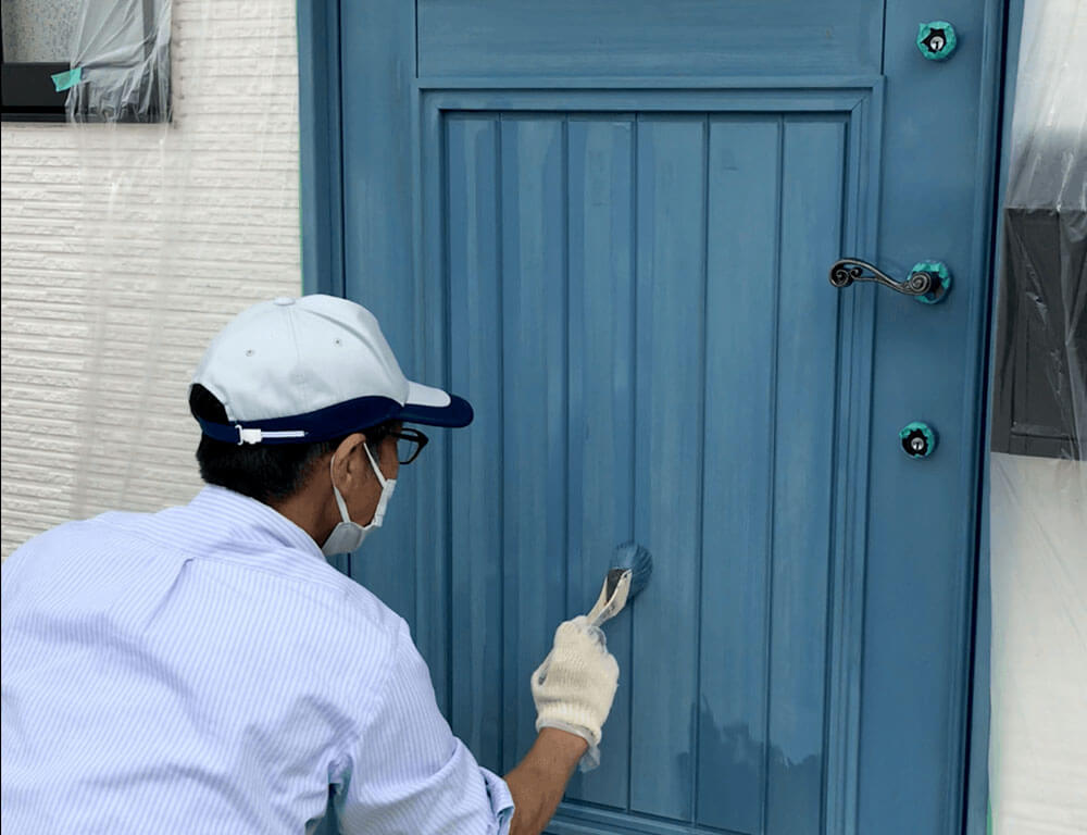 木製玄関ドアのメンテナンス ハケ塗り着色